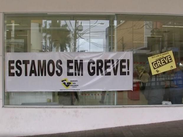 Greve dos bancários completa 15 dias e agências seguem fechadas (Foto: Reprodução/TV TEM)