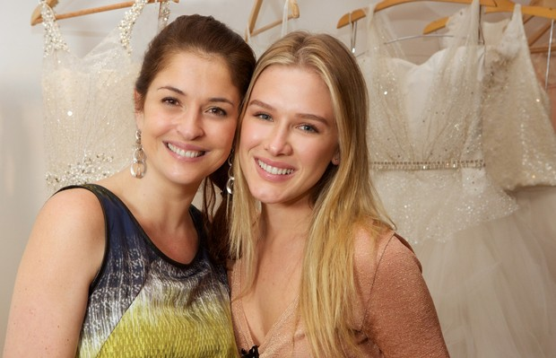 Fiorella Mattheis e a estilista Marta Macedo (Foto: VRebel/Divulgação)