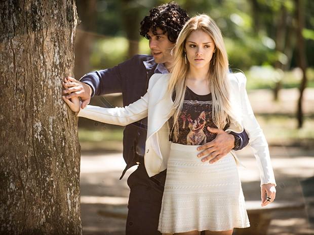 Tuca ajuda Megan a sentir as texturas da natureza no passeio (Foto: Raphael Dias/ TV Globo)
