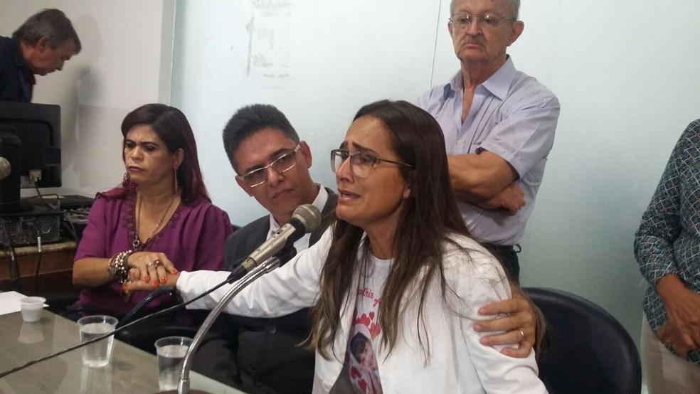 Ao longo da reunião, pais de Beatriz se emocionaram muito (Foto: Mônica Silveira/TV Globo)