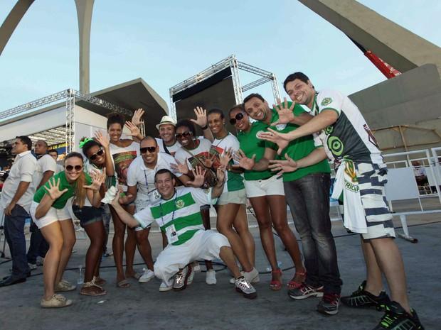 Integrantes da Império da Tijuca comemoram título da Série A do carnaval do Rio (Foto: Rodrigo Gorosito/G1)