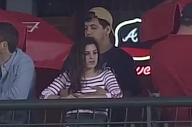 Torcedor foi flagrado por câmera de TV enquanto acariciava os seios da namorada (Foto: Reprodução/YouTube/Wawrinkler)