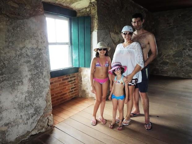 Casal voltou à fortaleza para filha conhecer o local  (Foto: Valéria Martins/G1)