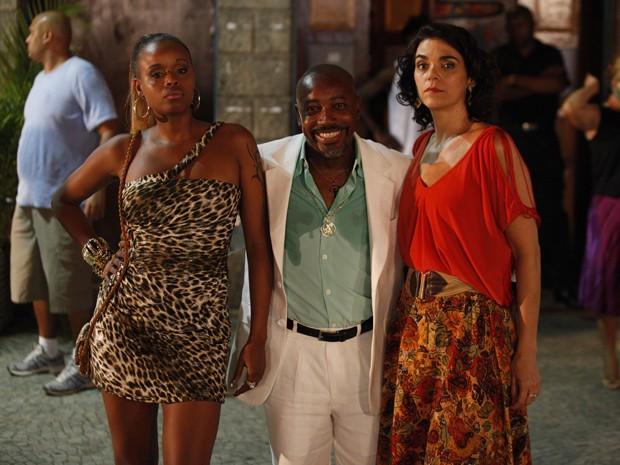 Roberta Rodrigues, Nando Cunha e Solange Badim em gravação de 'Salve Jorge' (Foto: Salve Jorge/TV Globo)