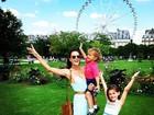 Alessandra Ambrósio curte férias em Paris com os filhos