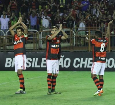 Willian Arão e companheiros acena para a torcida antes de a bola rolar (Foto: Gilvan de Souza/Flamengo)