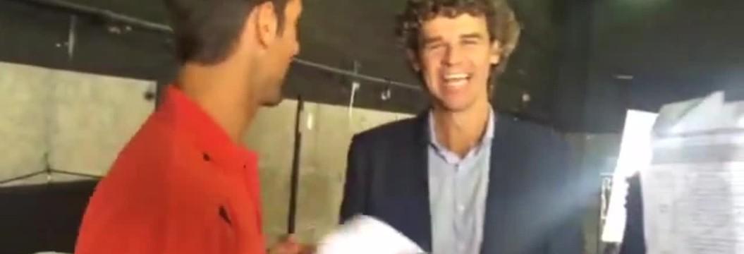 Guga ensina Djokovic a falar português  nos bastidores de gravação