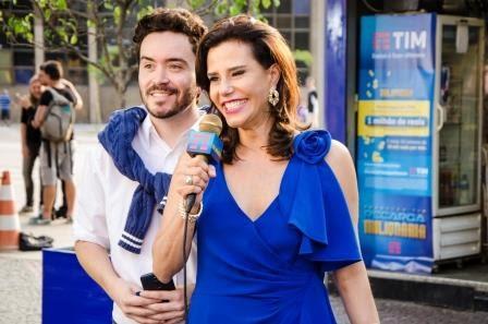 Narcisa Tamborideguy encarna a personagem Repórter Rica em comercial de TV (Foto: Divulgação)