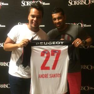 André Santos entrega camisa ao vocalista do Sorriso Maroto (Foto: Divulgação)