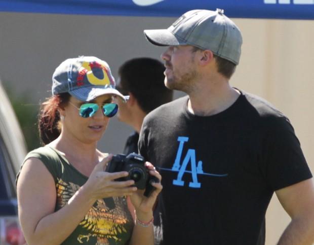 Ao lado do namorado, Britney Spears prestigia jogo do filho