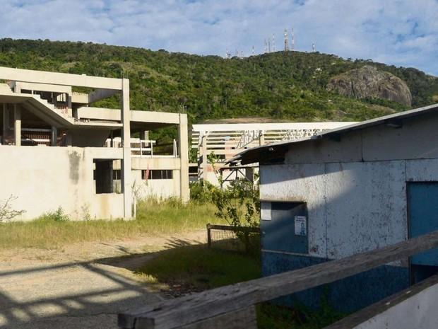 Obras da escola municipal do bairro Inhanguetá, em Vitória, estão paradas, sem nenhum operário (Foto: Vitor Jubini/ A Gazeta)
