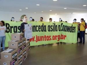 Grupo faz ato no Itamaraty para cobrar asilo político para Snowden (Foto: Filipe Matoso / G1)