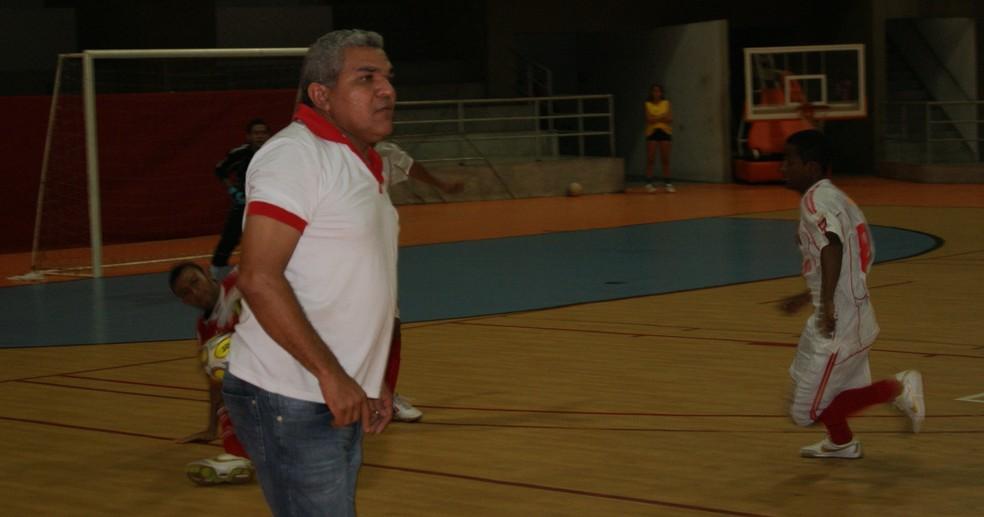 Roberto Pereira, professor e técnico de futsal, é um dos organizadores da Liga Norte-rio-grandense de Futsal  (Foto: Augusto Gomes)