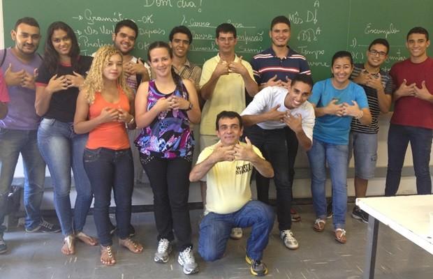 Professor Luiz posa ao lado de alguns dos alunos que estudam Libras no IFG (Foto: Fernanda Borges/G1)