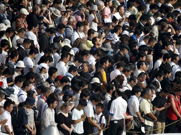 Em silêncio, multidão reza pelas vítimas da bomba nuclear de Hiroshima, durante cerimônia pelos 70 anos do bombardeio, no Parque Memorial da Paz, na quinta (6) (Foto: Reuters/Thomas Peter)