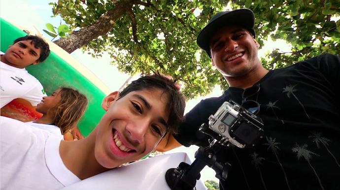 Italo Ferreira e o paratleta Jonas, de Natal RN (Foto: André Luiz)