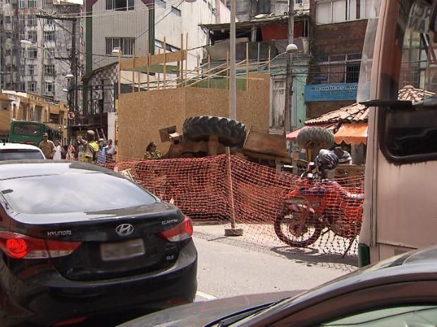 Acidente deixou o trãnsito congestionado no local (Foto: Reprodução/TV Bahia)
