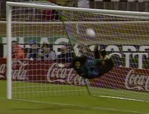 Higuita defesa Escorpião (Foto: Reprodução Youtube The FA)