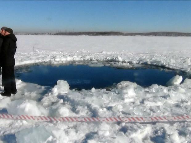 Foto fornecida pela polícia de Chelyabinsk mostra buraco de seis metros em um lago congelado, supostamente provocado pela queda de meteoritos, na região de Chelyabinsk. (Foto:  AFP / Chelyabinsk Region Police Department)