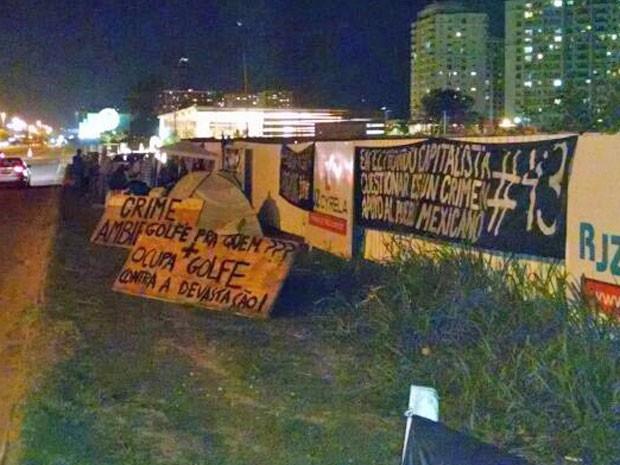 Ocupação tem faixas que falam em 'crime ambiental' (Foto: Leandro Farias / Arquivo pessoal)