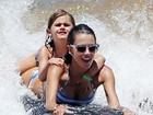 Alessandra Ambrósio pega jacaré com a filha no Havaí