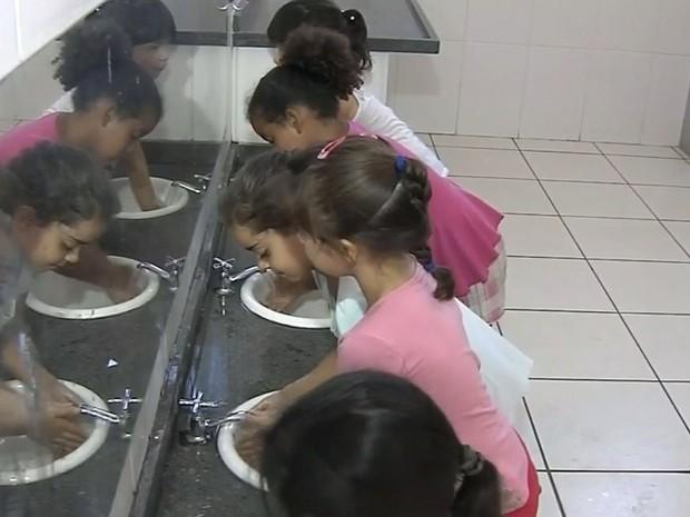 Crianças aprendem a lavar as mãos  (Foto: Reprodução / TV TEM)
