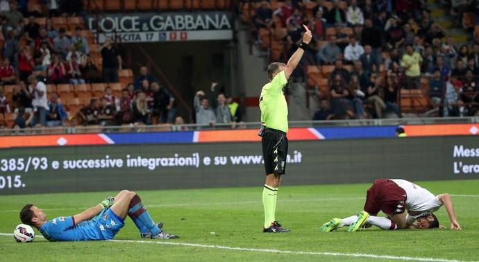 Goleiro Padelli deita na bola Paolo Valeri expulsa Cristiano Molinaro Torino contra Milan (Foto: EFE/EPA/MATTEO BAZZI)