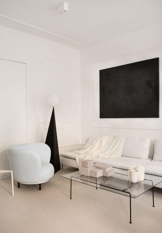 Décor do dia: sala de estar branca, minimalista e geométrica (Foto: divulgação)