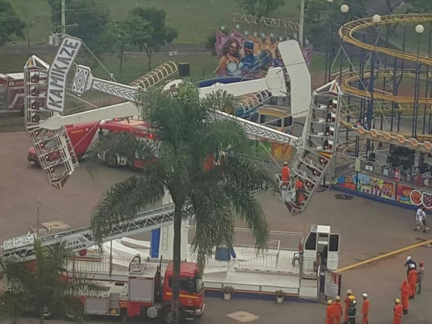 Brinquedo que travou no ar e deixou dez crianças presas em Brasília (Foto: Geiza Duarte/TV Globo)