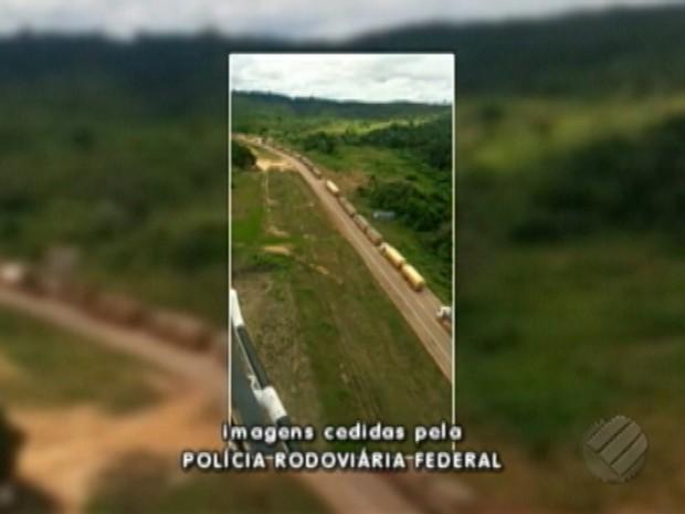 Manifestantes bloqueiam a rodovia BR-163, no sudoeste do Pará (Foto: Reprodução/TV Liberal)