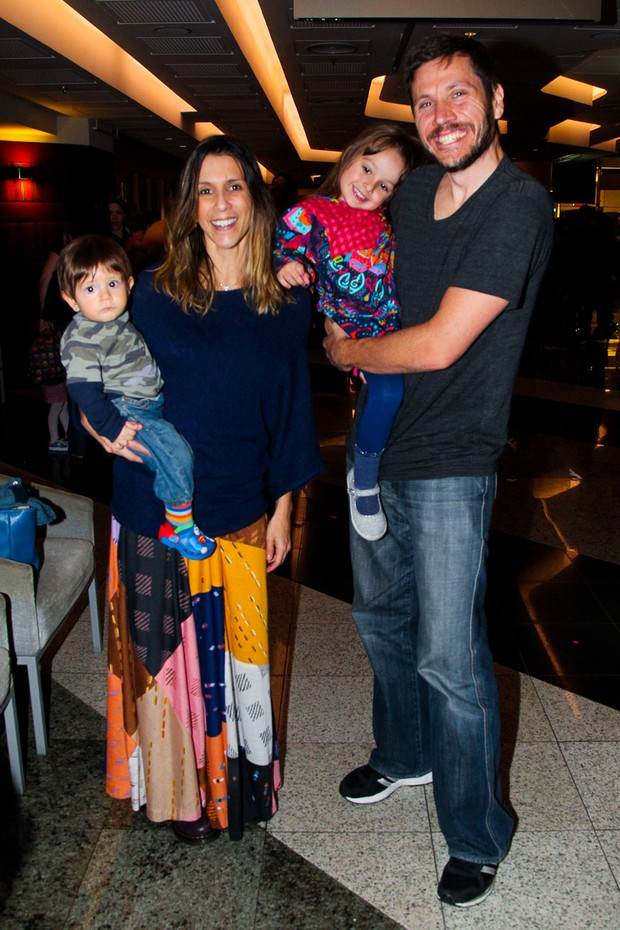 Sarah Oliveira com o marido e os filhos (Foto: Manuela Scarpa/Brazil News)