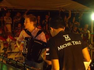 Michel Teló agradou os fãs de Araçuaí com versões eletrônicas  (Foto: Diego Souza / G1)