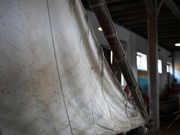 Problemas com umidade foi registrado há pouco mais de duas semanas no Museu do Mar; no detalhe, uma vela de barco encarunchada (Foto: Ricardo Ghisi Tobaldini/Divulgação)