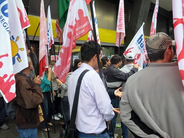 Sindicato dos Bancários realiza protesto em Santos (Foto: Bruno Gutierrez/G1)