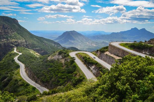A estrada sobe a montanha em zigue-zague (Foto: Creative Commons/jbdonane)