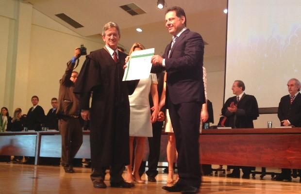 Governador Marconi Perillo é diplomado por presidente do TRE Walter Carlos Lemes, em Goiânia, Goiás (Foto: Luísa Gomes/G1)