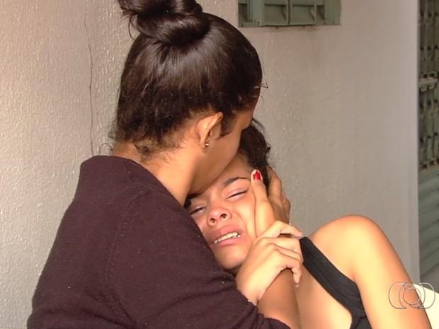 Netas da mulher que morreu atingida por bala perdida estavam inconsoláveis (Foto: Reprodução/TV Anhanguera)