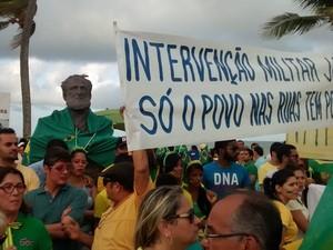 Manifestantes enrolam bandeira do Brasil no busto do almirante Tamandaré, em João Pessoa (PB), e dizem que ele está 'muito feliz' com a manifestação. Ato ocorre na orla marítima da cidade (Foto: Diogo Almeida/G1)
