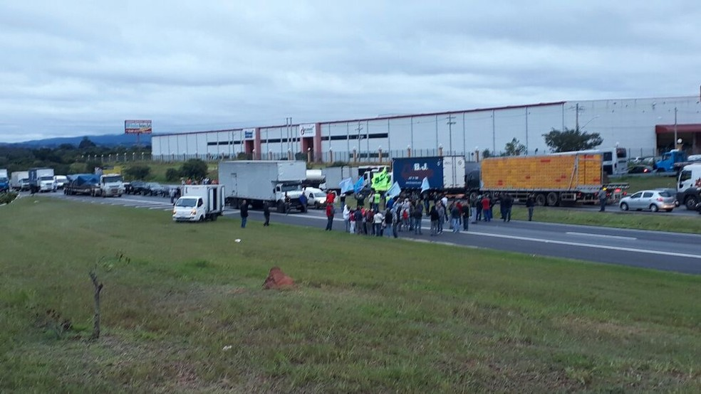 Rodovia Dom Pedro I foi bloqueada por manifestantes na altura de Atibaia na manhã desta sexta-feira (28). (Foto: Pedro Melo/TV Vanguarda)