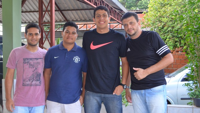Lucas Ewwn, ao lado dos amigos, e do pai Paulo Ewen (de preto), durante férias no Acre (Foto: Quésia Melo)