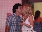 Após compras, Eliana beija o marido João Marcelo Bôscoli na porta da loja