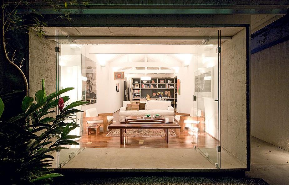 Com a reforma do arquiteto Eduardo Chalabi, a casa da década de 1930 ganhou estilo de loft. Painéis de vidro abrem totalmente a sala para o jardim de entrada