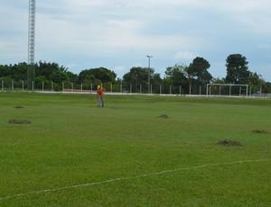 Campo do Biancão está sendo reparado (Foto: Pâmela Fernandes)