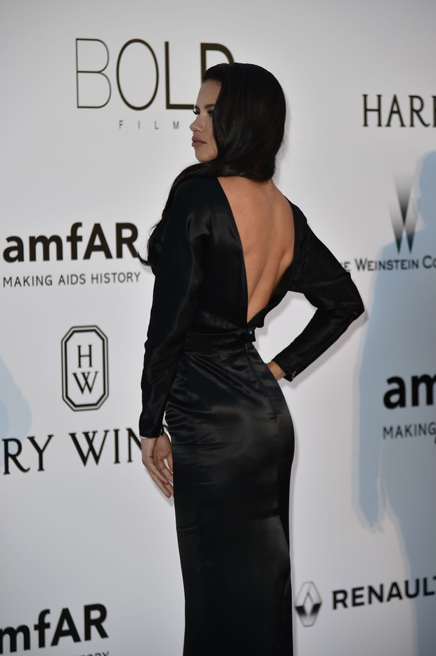 Adriana Lima no baile de gala da amfAR, em Cannes, na França (Foto: AFP)