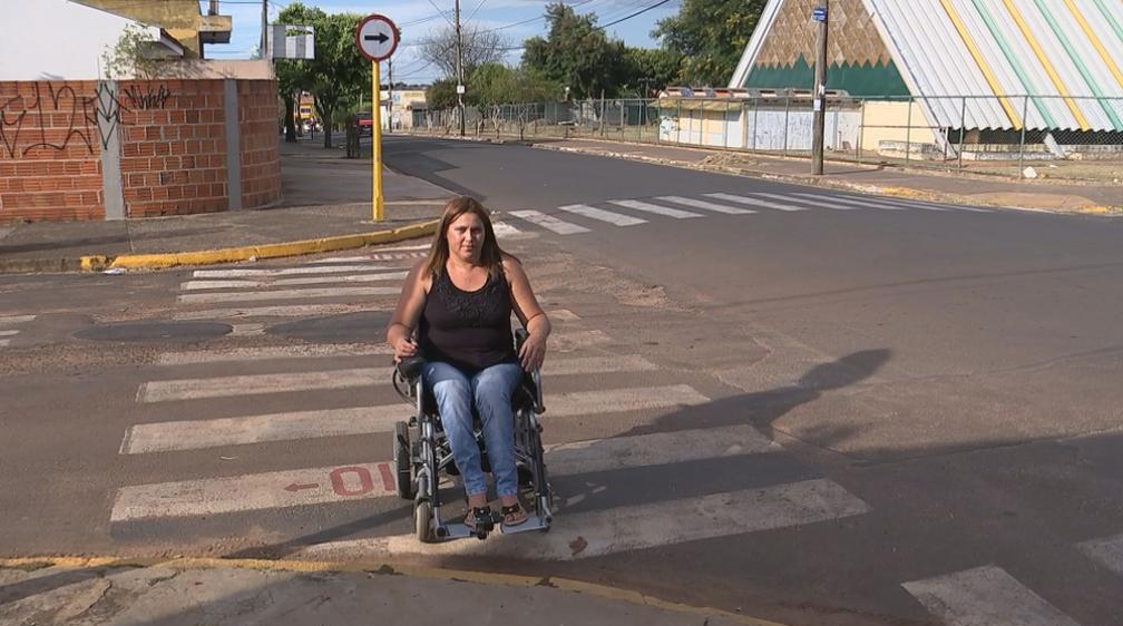 Cadeirantes enfrentam desafios diários nas ruas de Bauru  (Foto: Reprodução/TV TEM)