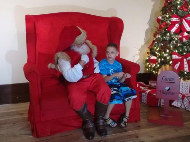 Ricardo Dourado, de 7 anos, pediu um relógio ao Papai Noel através da linguagem de sinais.  (Foto: Nicole Melhado/ G1)