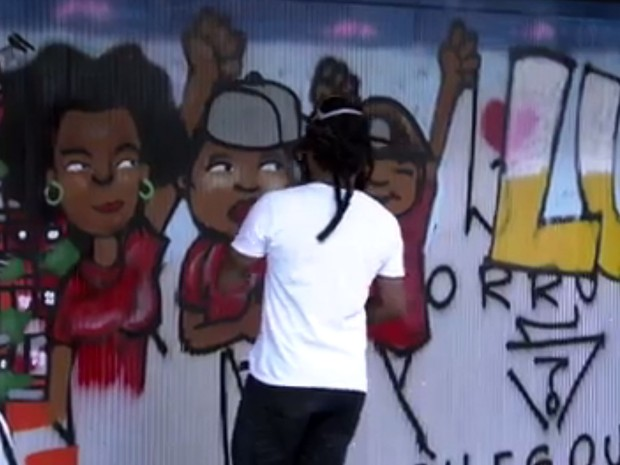 Após vandalismo em portão, grafite cobre pichação no Instituto Lula, em São Paulo (Foto: Reprodução TV Globo)