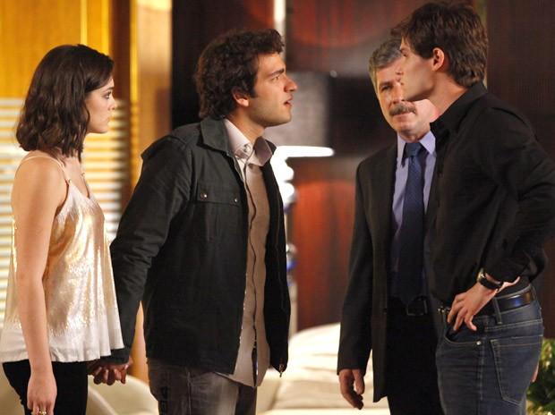 Cida e Elano dão de cara com Conrado. É perseguição? (Foto: Cheias de Charme / TV Globo)