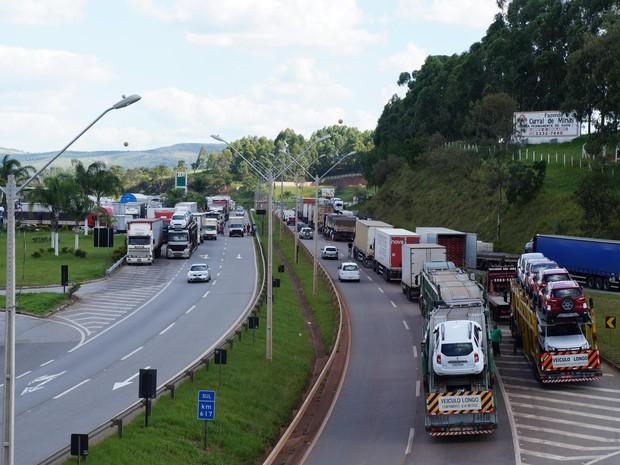 Greve dos caminhoneiros teve início neste domingo (22) em Oliveira (Foto: Marcelo Praxesdes/Divulgação)