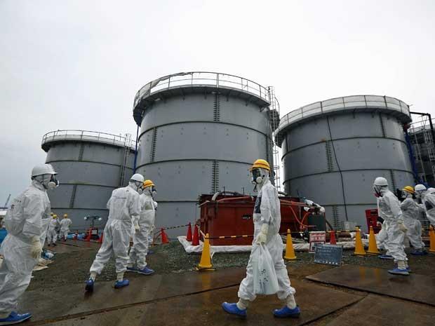 Trabalhadores vestem roupas especiais para trabalhar na usina de Fukushima. (Foto: Tomohiro Ohsumi / Pool / Arquivo / Reuters)